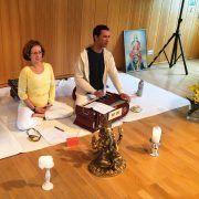 mantra-yogastunde-mit-sundaram-und-sabine1